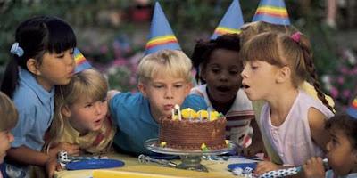 Tiup lilin pada ulang tahun dan ancaman penyakit.