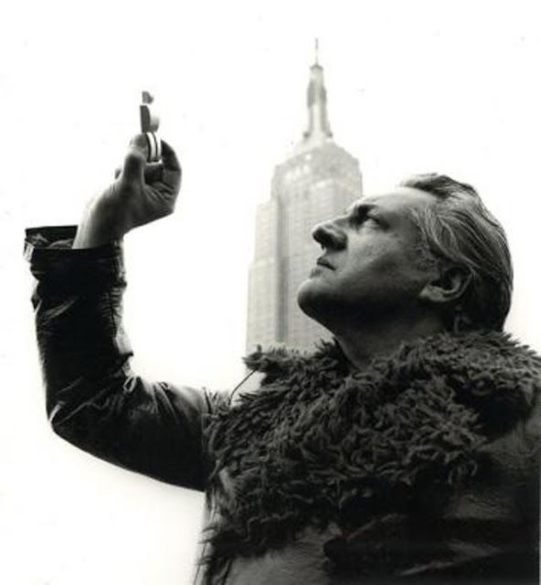 Paul Van Hoeydonck with the figure in front of the Empire State Building