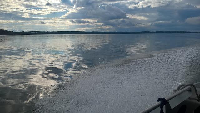 Tyyni meri, veneen laita ja vana.