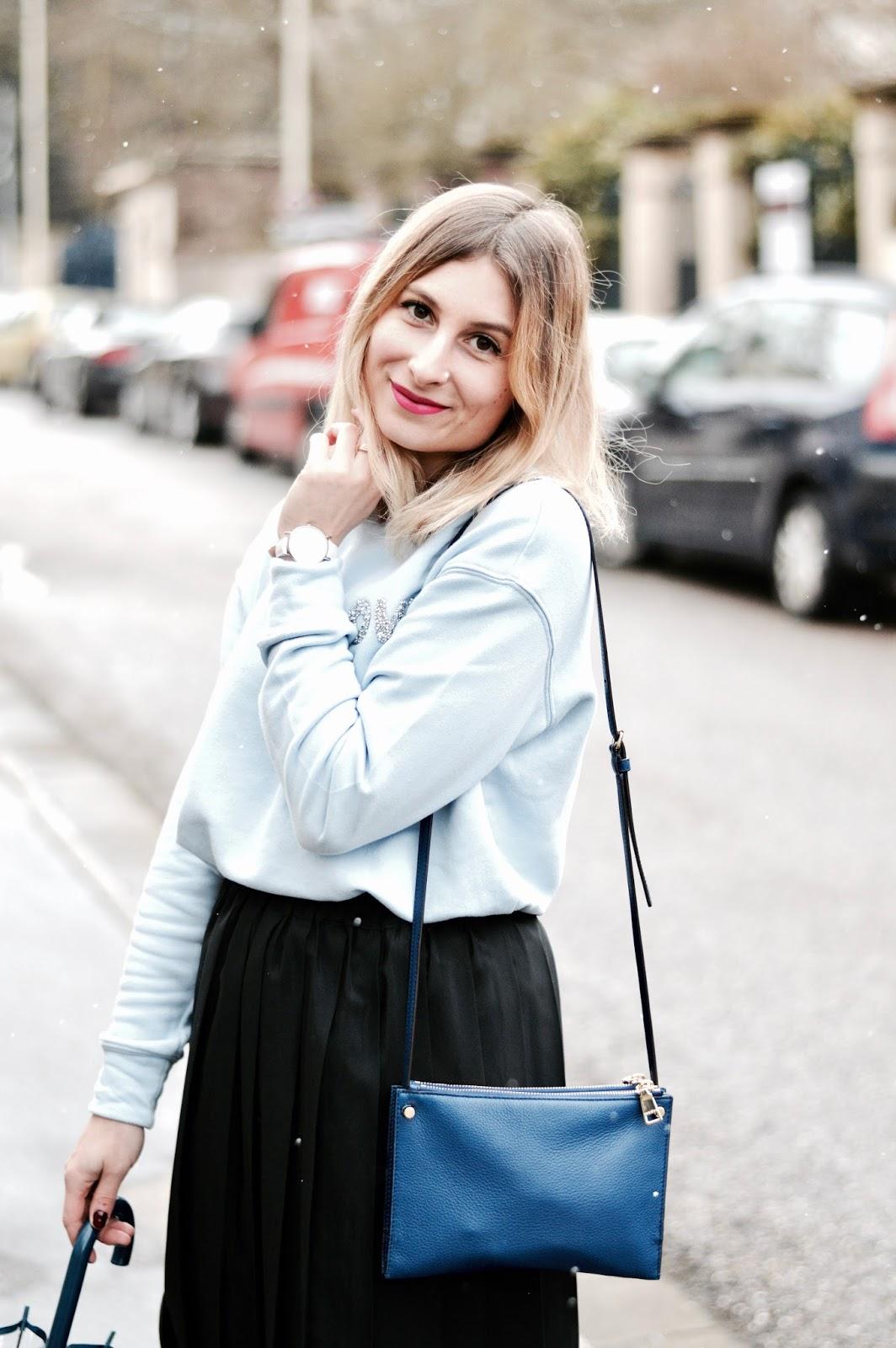 Look femme : sweat bleu love et jupe midi noire