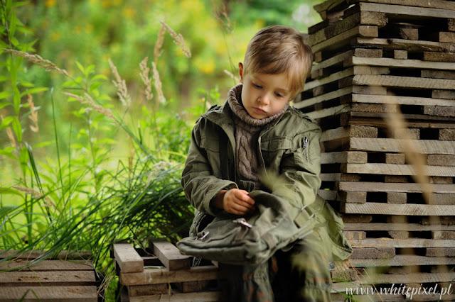 Chłopiec w kurtce khaki odpoczywa w podróży
