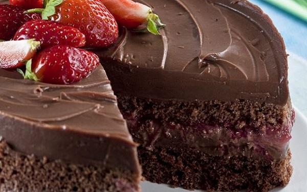 Bolo de Chocolate com Morangos (Imagem: Reprodução/MdeMulher)