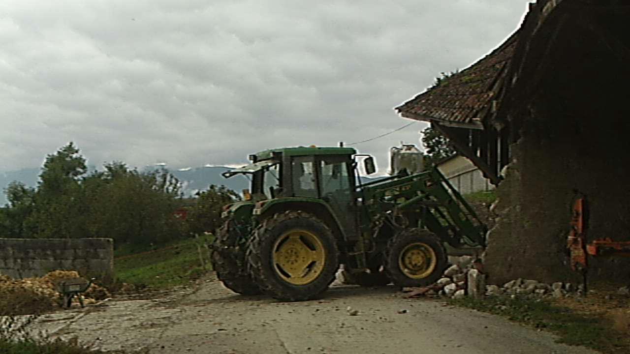 M. Guy Lacôte détruit un Monument historique à coup de tracteur