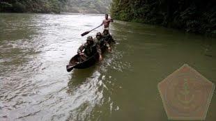Telusuri Lebatnya Hutan dan Derasnya Sungai Satgas Pamtas Yonif 405/sk Temukan Patok mm. 7.6