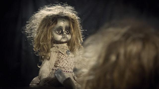 """""""La acaricio y me siento segura"""": Una joven en EE.UU. se casará con una muñeca satánica"""