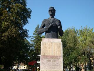 Ciprian Porumbescu - bust realizat de sculptorul Vladimir Predescu; amplasat in parcul din apropierea Colegiului National Andrei Saguna, Brasov.