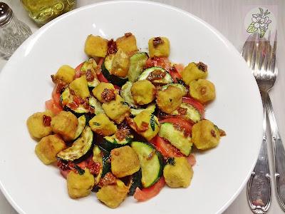 Ensalada Vegana de Tofu y Calabacin Asado, con Vinagreta de Tomate Seco.