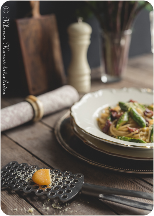 Spaghetti mit Spargelcarbonara und gebeiztem Eigelb