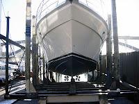 Bakım için kızağa çekilmiş bir tekne