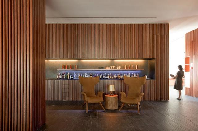 Revestimientos con listones de madera hotel l and - Madera para paredes ...