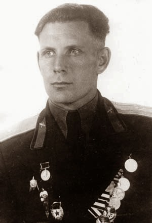 Foto del colonnello Pyotr Dolgov con le sue decorazioni.