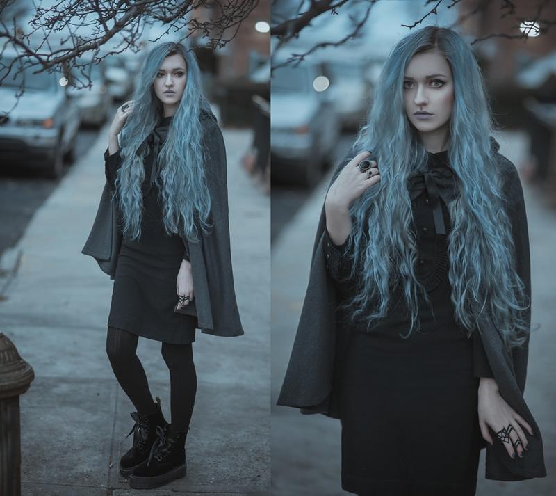 Anya dans un ensemble de sorcière avec ses longs cheveux bleus et une cape noir