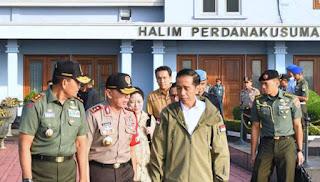 Pak Jokowi Menyaksikan Latihan Perang TNI di Natuna