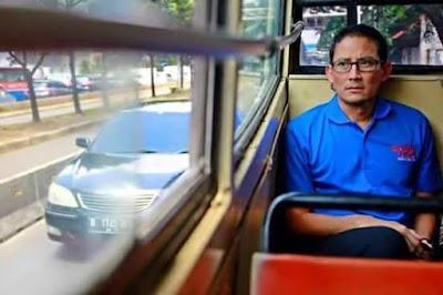 Sandiaga Uno Naik Metro Mini