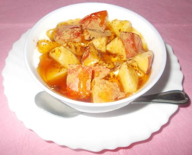 Ideia de lanche rápido e saudável com queijo fresco batido e maçã