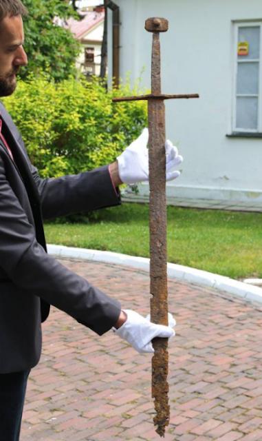Trabajador encuentra intacta una espada medieval de 600 años de antigüedad en una tubería