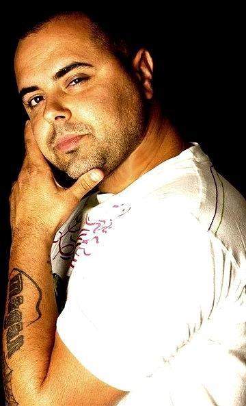 Foto de Juan Magan con la mano en la cara
