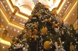 Il costosissimo albero di natale dell' Hotel Emirates Palace