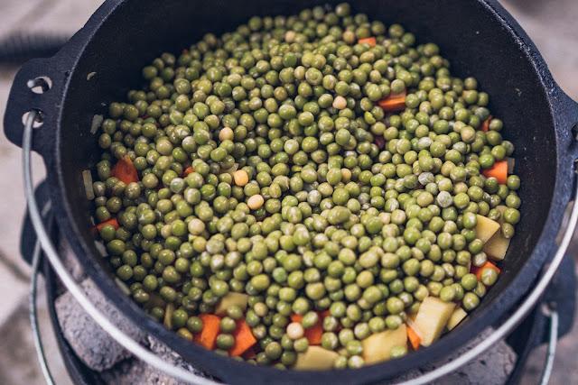 Outdoor Kitchen 10  Erbseneintopf aus dem Dutch Oven  Herzhafte Rezepte für Camping und Trekking 10