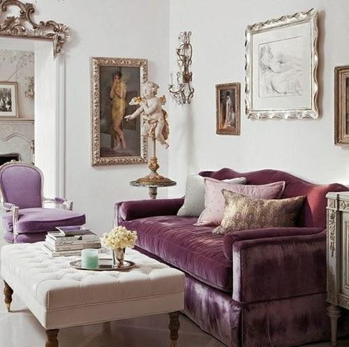Sala decorada con morado y plata