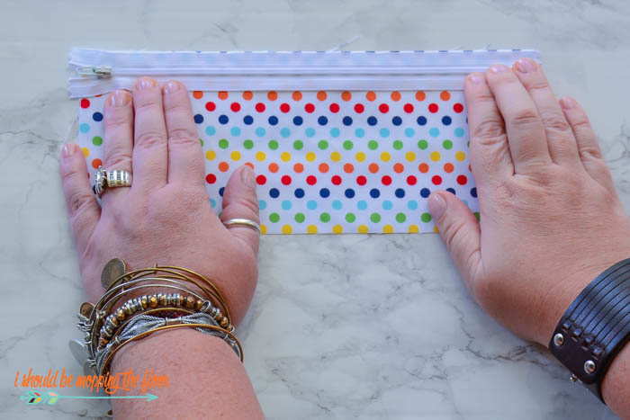 Lined Zipper Pouch Tutorial | Make these adorable pouches for back-to-school gifts or even for your own kids' supply pouches. Includes coordinating free printable gift tag. Complete step-by-step sewing tutorial...perfect for beginners.