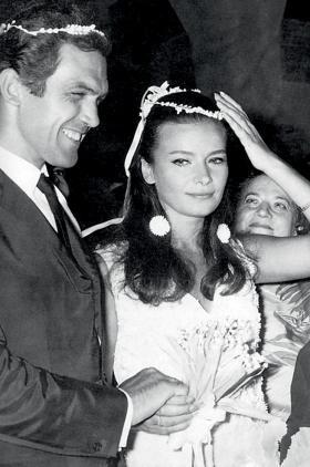 45edb23c3928 Τζένη Καρέζη Η Τζένη ήταν μία από τις πιο όμορφες γυναίκες του ελληνικού  κινηματογράφου και, όπως είναι φυσικό, όταν ντύθηκε στα λευκά μαγνήτισε τα  φώτα της ...