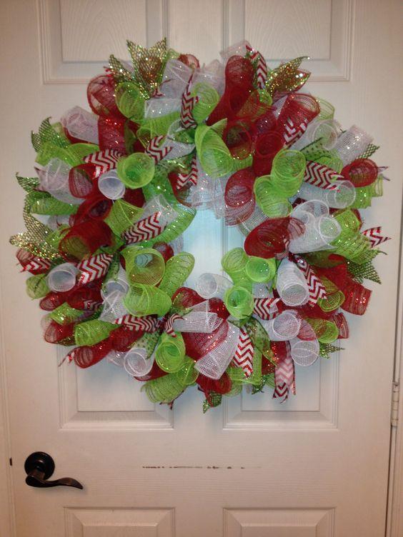 10 adornos navide os con mallas para colgar en la puerta for Arreglos navidenos para puertas