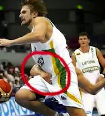 smešna slika: košarkaš hvata protivnika