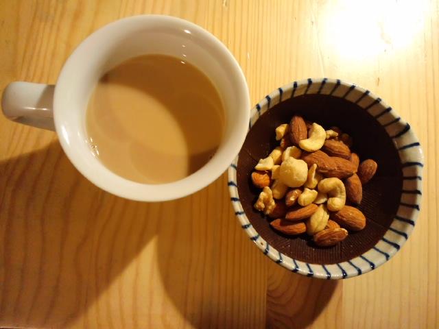 珈琲とピーナッツでゆっくりしている写真です。