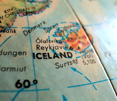 Islandia en el globo terráqueo, uno de los destinos de viaje más solicitados