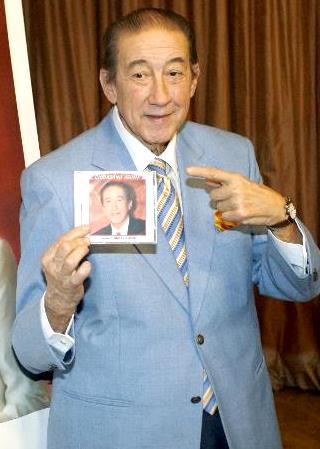 Foto de Luis Aguilé mostrando su disco
