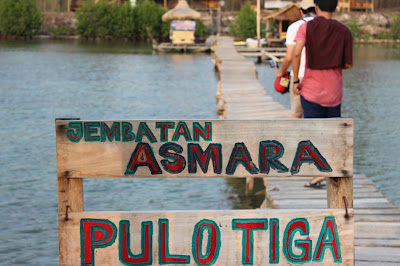 http://mandiriransel.blogspot.co.id/2015/11/jembatan-asamara-sudut-romantis-di.html