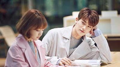Park Hyung Sik tak bisa lepaskan pandangan dari Park Bo Young di balik layar