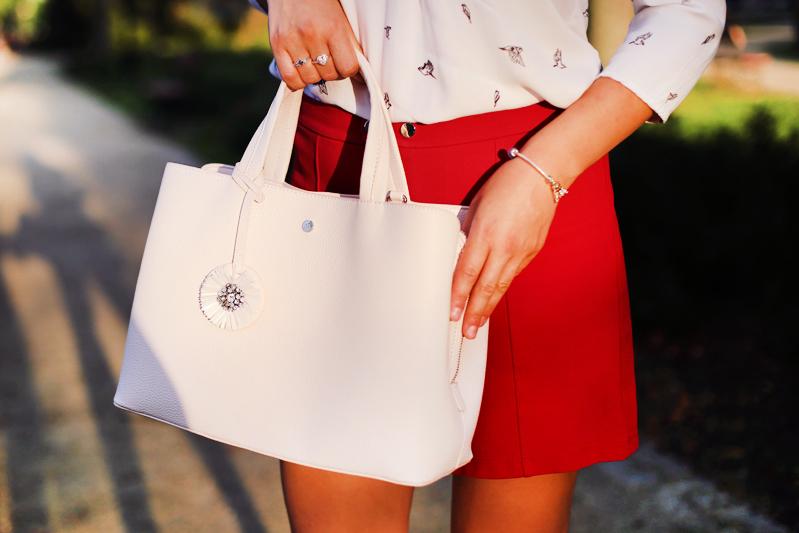 Czerwona spódnica i biała bluzka.
