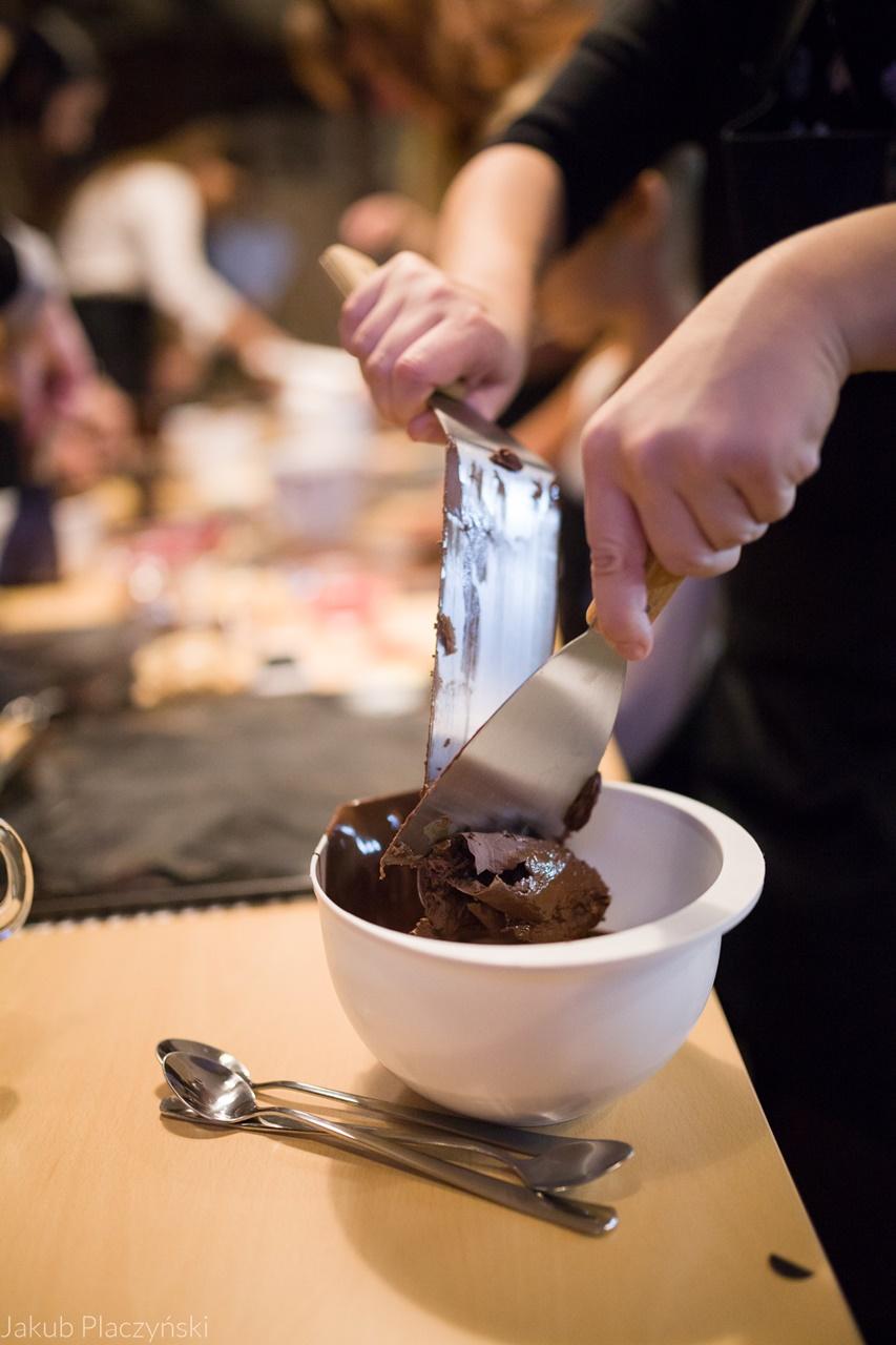 15 warsztaty robienia czekoladowych słodkości manufaktura czekolady warsztaty tabliczek pralin jak zrobić narzędzia z czekolady