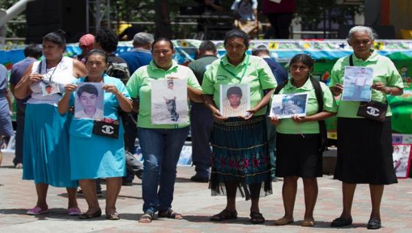 Familias de desaparecidos en Colombia exigen encontrar restos