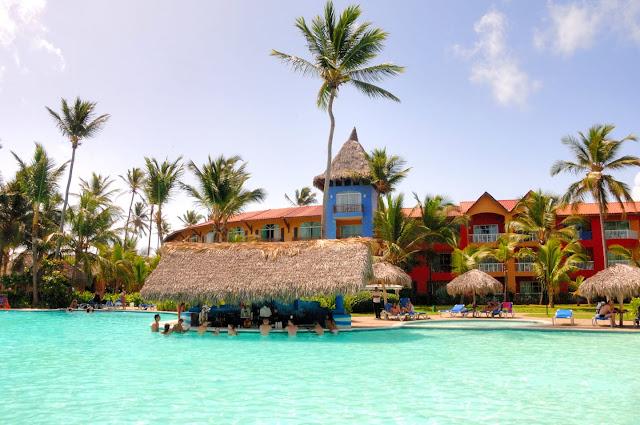 Bar piscine et carbets face à l'hôtel