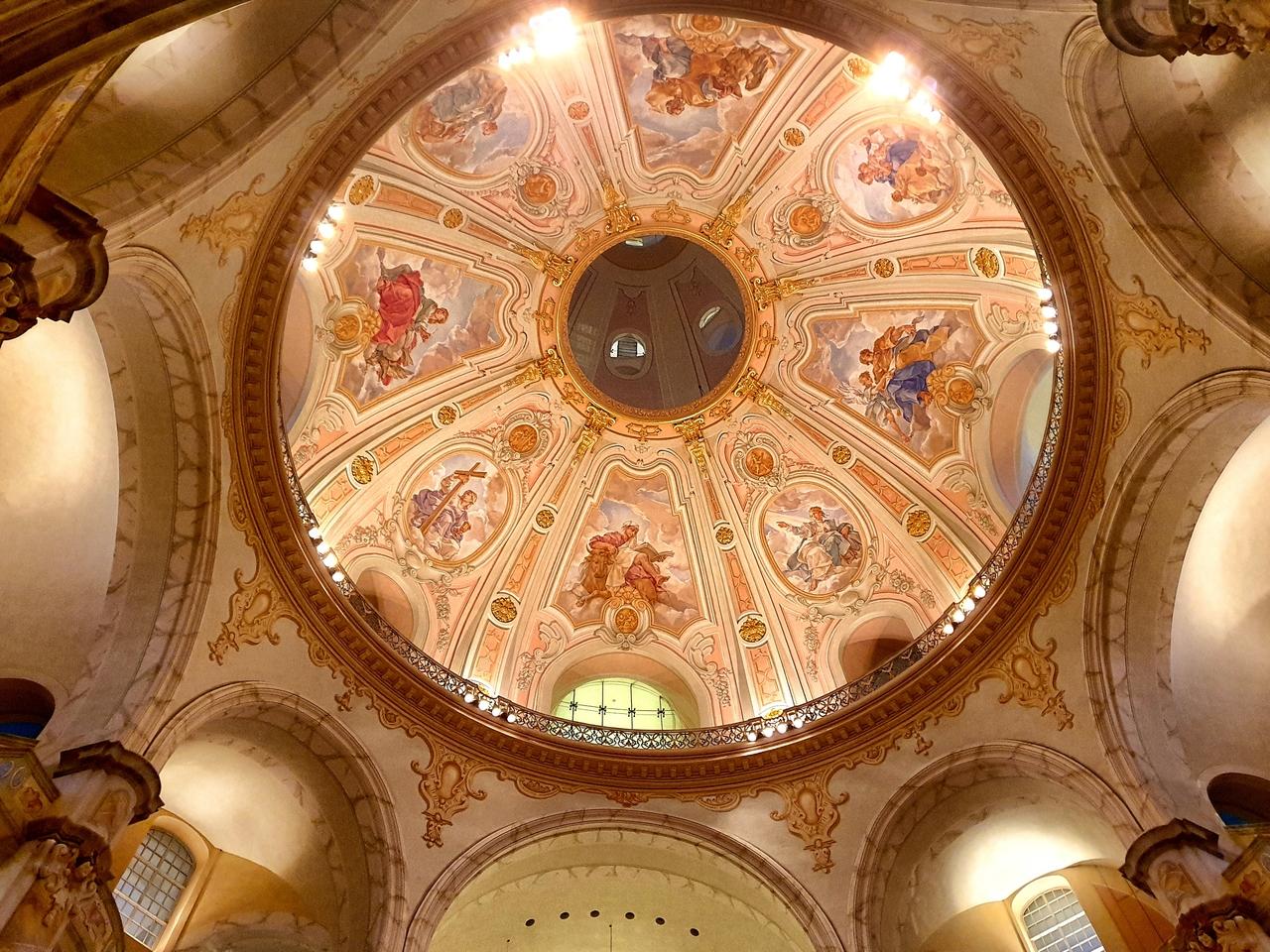 Kościół Marii Panny, Drezno. Niesamowite freski  zdobiące sklepienie odrestaurowanego kościoła .