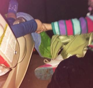 Sophia y Fabian agarrados de manos