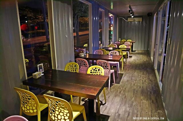 IMG 2510 - 台中沙鹿│向海咖啡屋*夢幻紫色玻璃貨櫃屋。咖啡與旋律伴你欣賞星光夜景