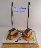 Dados de atún caramelizado sobre patata y mermelada de tomate