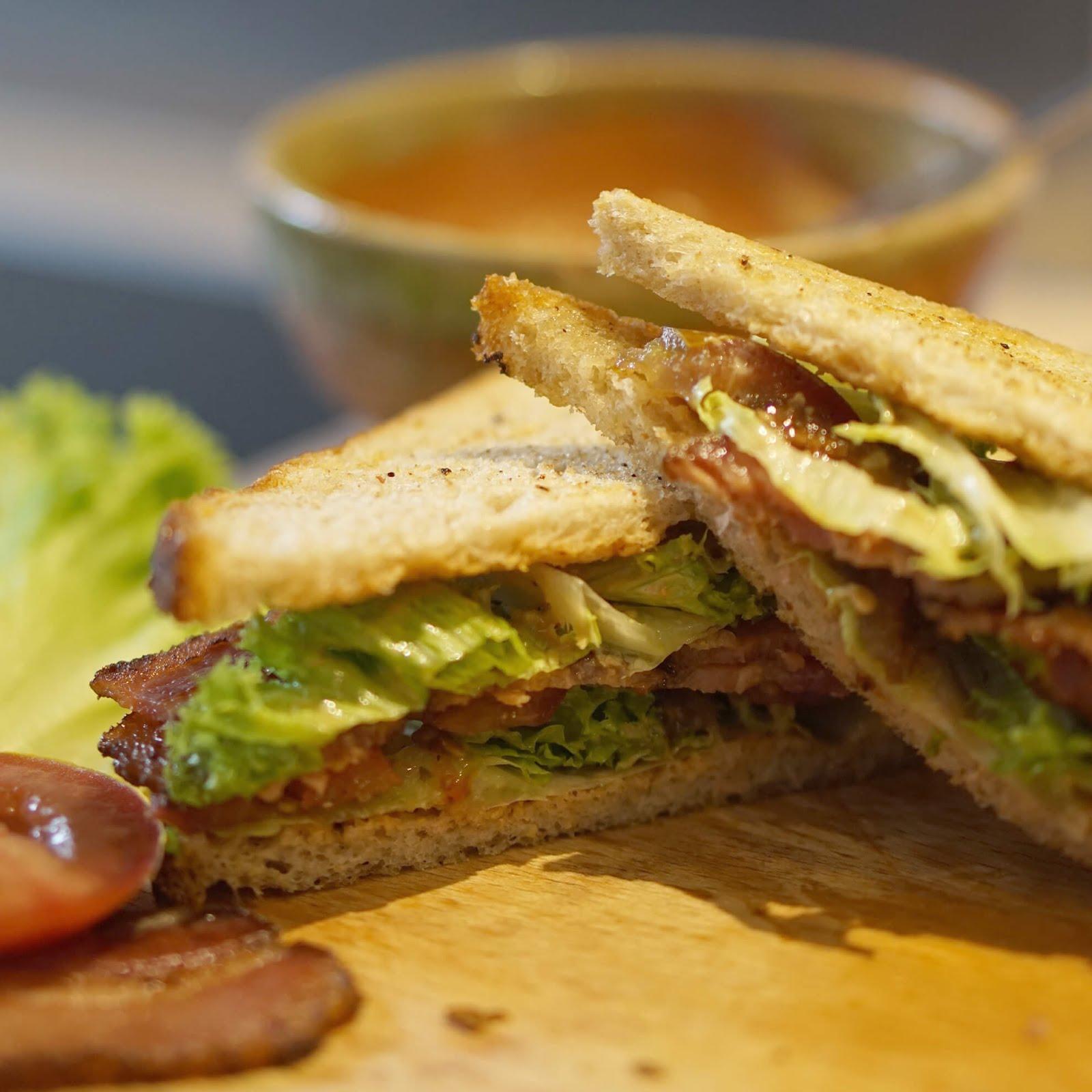 Gegrilltes Bacon-Sandwich mit Tomate und Salat aka BLT Sandwich