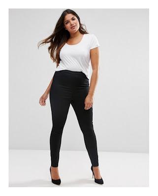 Полная девушка в темных джинсах и белом топе
