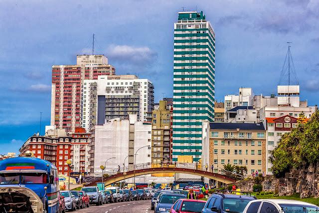 El puente peatonal y los edificios en playa céntríca de Mar del Plata