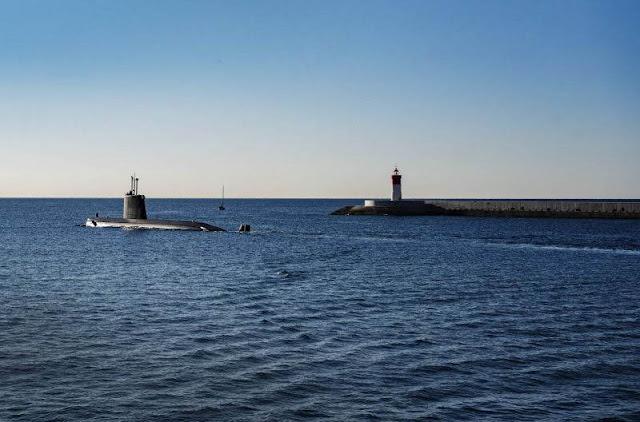 El 'Mistral' sale a mar abierto desde la base naval de Cartagena. CARMEN SECANELLA