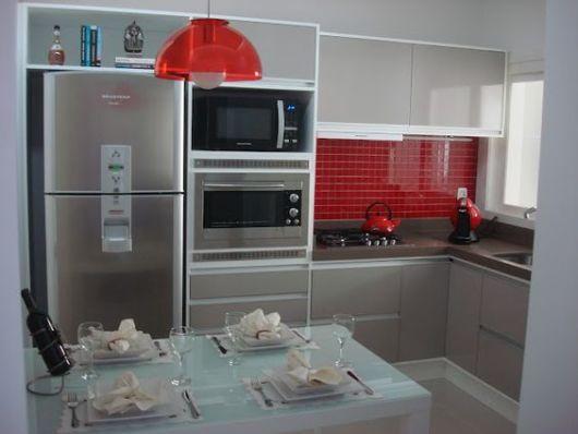 Cozinha pequena planejada vermelha