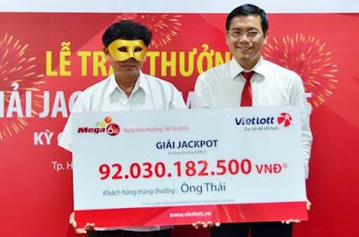 Phó Tổng Giám Đốc Vietlott trao thưởng 92 tỷ đồng cho ông Thái
