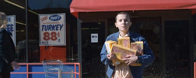 Eleven cargada de sajas de Eggos saliendo de un supermercado