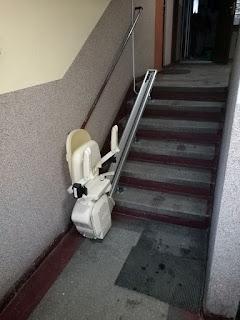 Krzesełko dźwigowe na szynie prostej w bloku