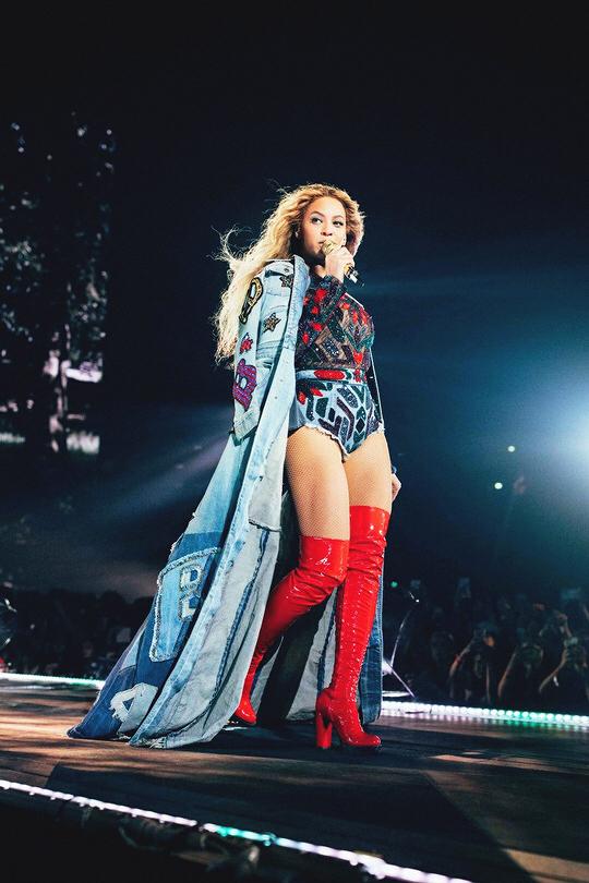 Beyoncé stivali alti rossi